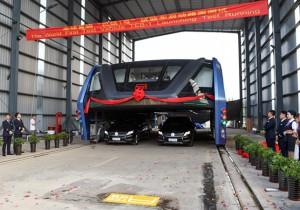 В Китае начались испытания футуристического автобуса-портала
